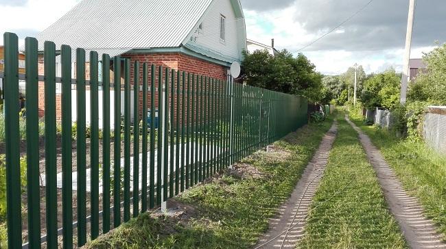забор из металлоштакетника на дачу