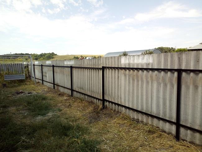 забор из шифера на дачу
