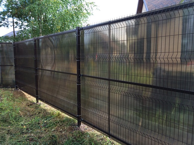 забор из черной сетки на дачу