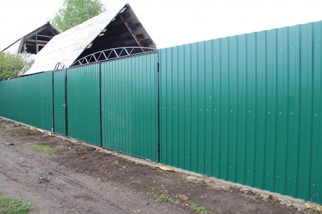 забор на дачу из профнастила