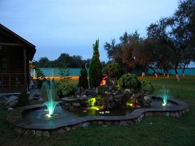 фонтан с подсветками на участке