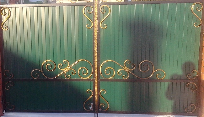 Кованые узоры на воротах из профнастила