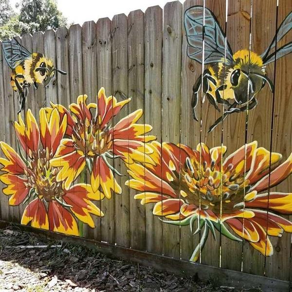 красивый рисунок на деревянном заборе