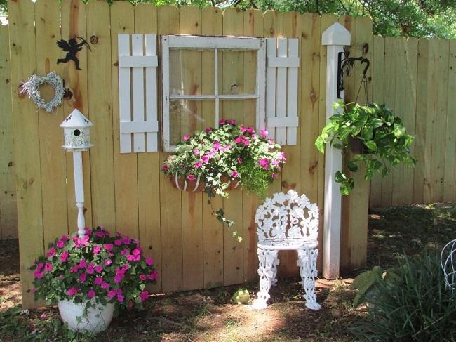 декор на деревянном заборе на даче
