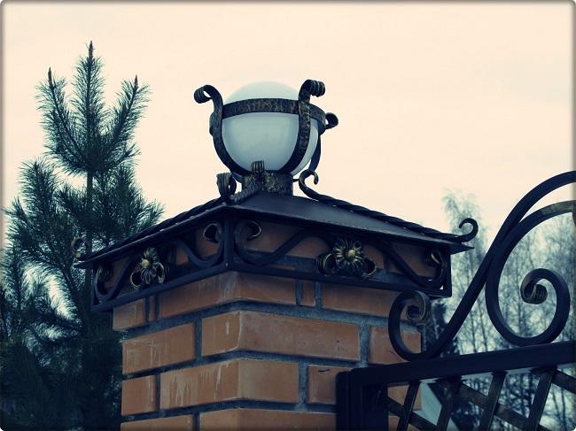 декорирование кирпичных столбов забора фонарями