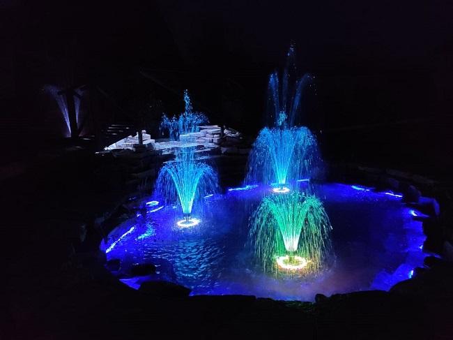 фонтан с подсветкой на даче