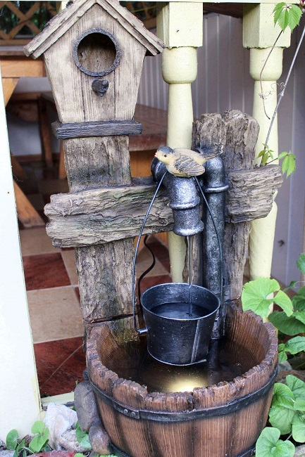 садовый фонтан из ведра и кадушки