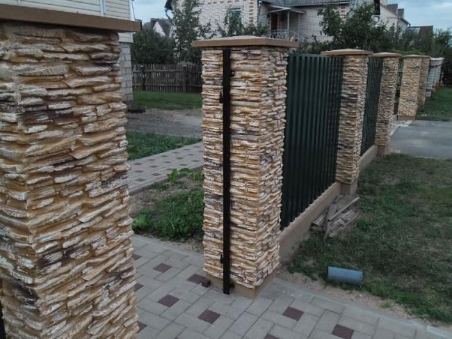 столбы забора облицованные камнем