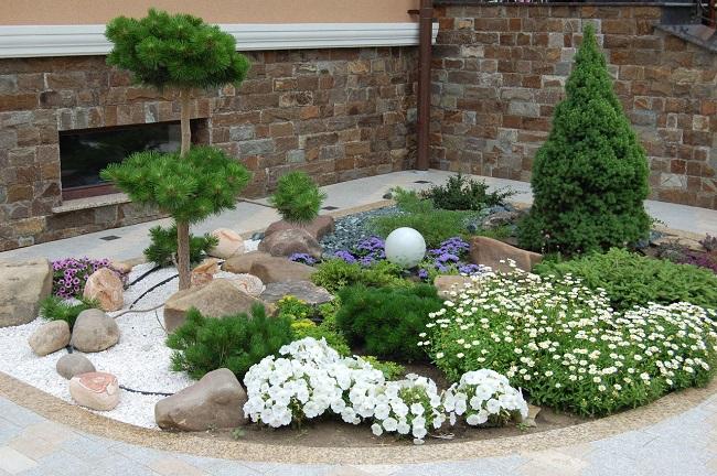каменный сад на даче в углу участка