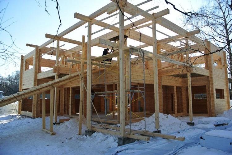 ход стройки дома из клеенного бруса с плоской крышей