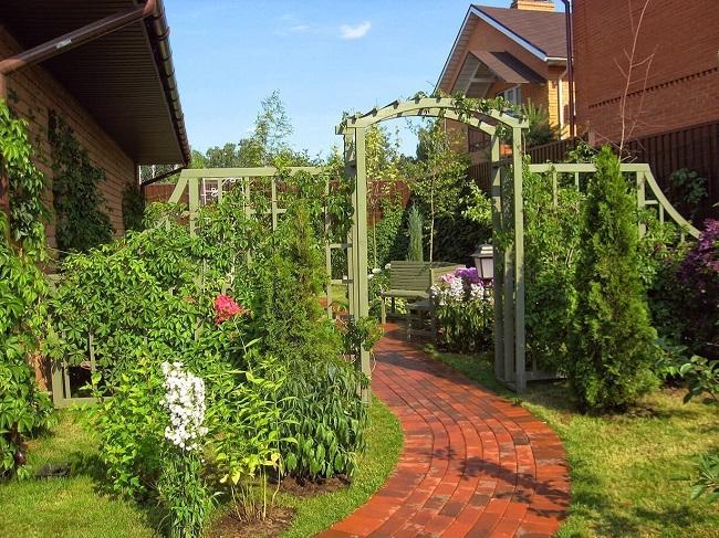 зонирование участка садовой аркой