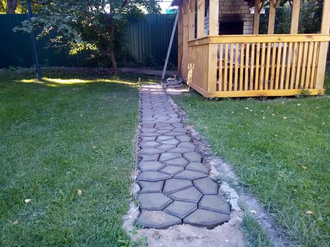 формовая бетонная дорожка на дачу