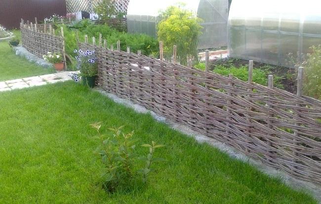 зонирование плетеным заборчиком на даче