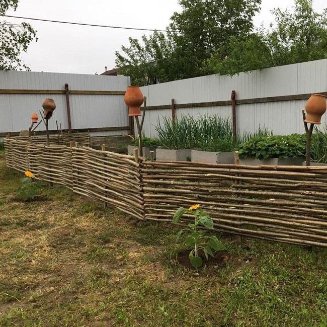 плетеный забор из жерди
