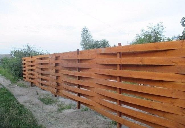 плетеный забор из досок для ограждения
