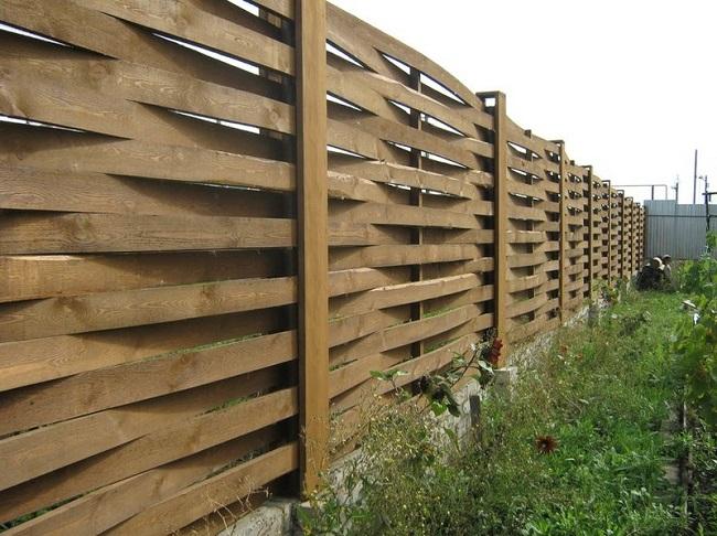 горизонтальный плетеный забор на даче