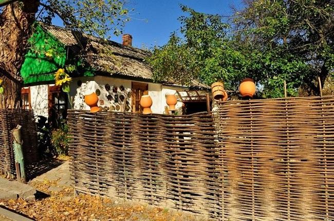 плетеный забор в деревенском стиле