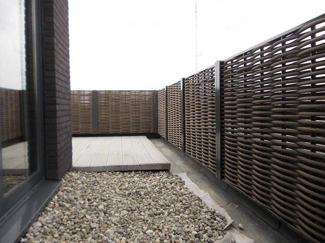 забор из пластиковой лозы