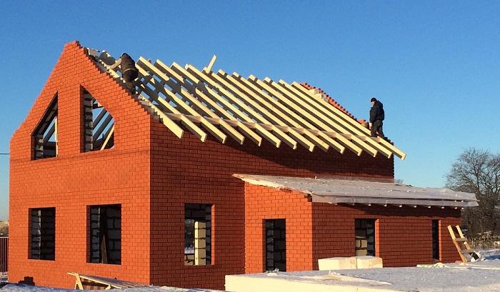 кирпичный фронтон мансардной крыши
