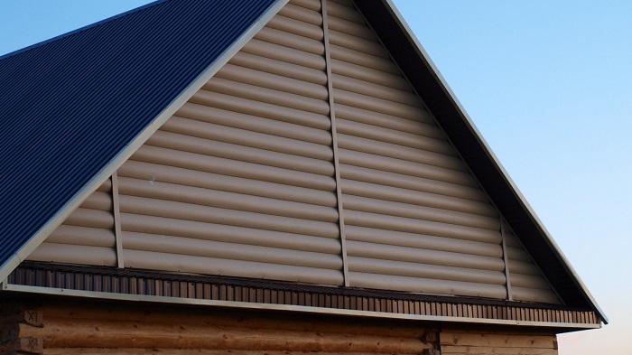 треугольный фронтон частного дома