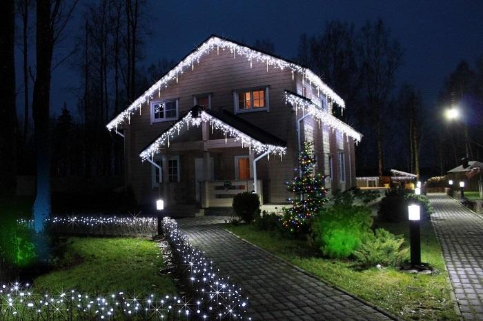 праздничное освещение частного дома фасадное