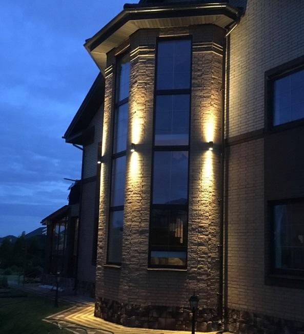 акцентное освещение фасада частного дома