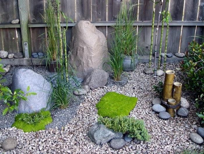 сад камней у забора