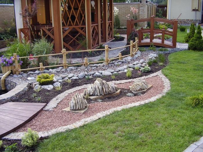 сад камней с местом отдыха