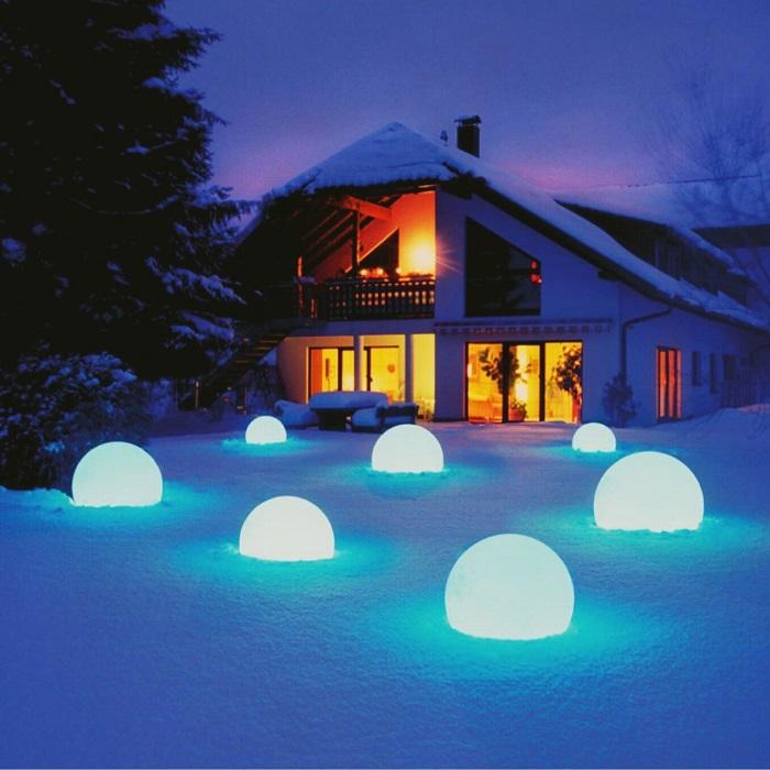 лампы сферы зимой для участка