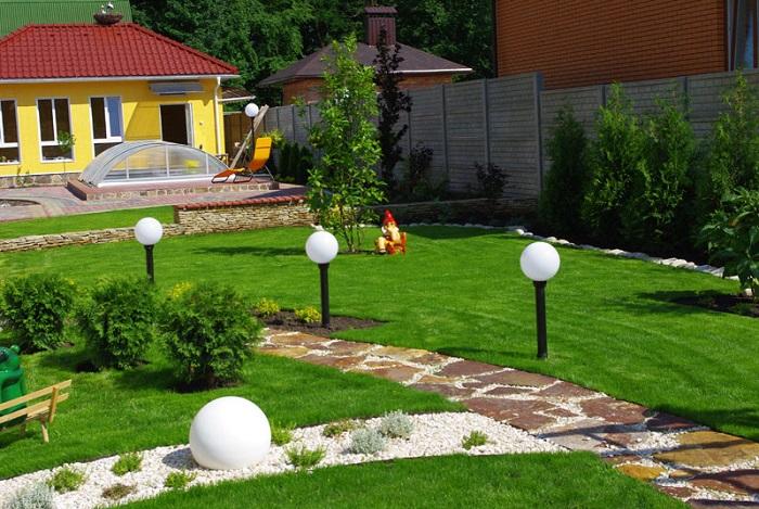 шары на стойках на участке частного дома
