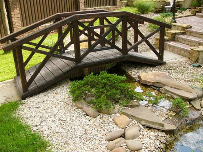 деревянный мостик в ландшафте