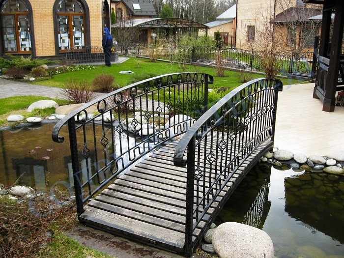 мостик через водоем на даче