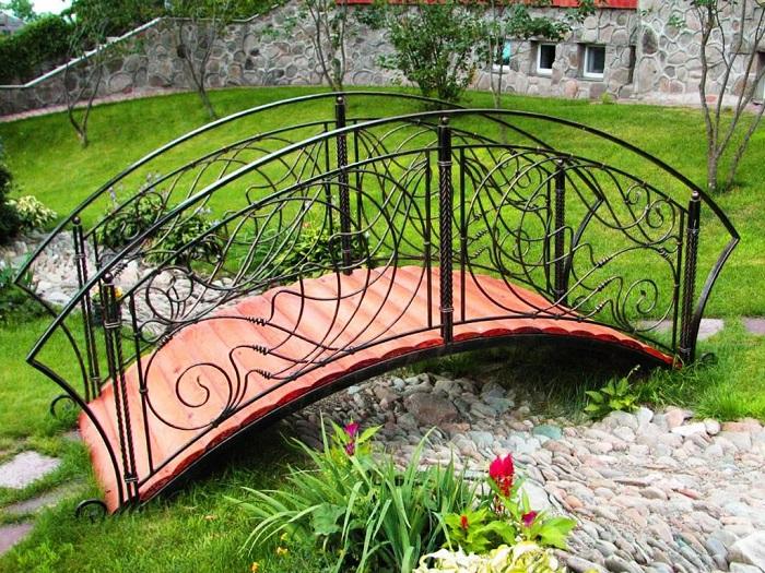 кованый мостик в ландшафтном дизайне