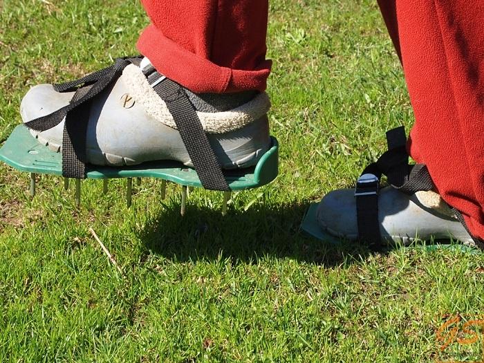 сандали с шипами для аэрации газона