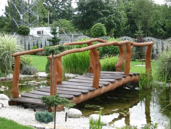 мостик с бревенчатыми перилами