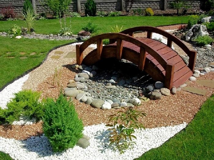 деревянный мостик с камнями