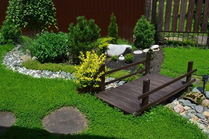 разделение участка садовым декоративным мостиком