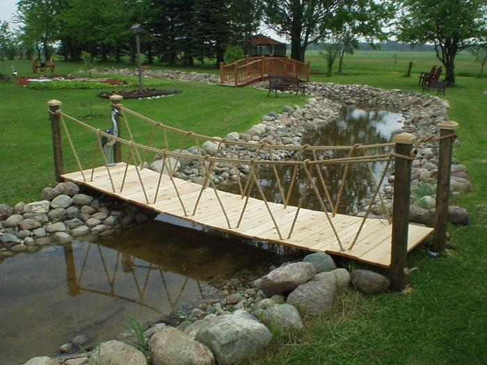 подвесной мостик в дизайне сада