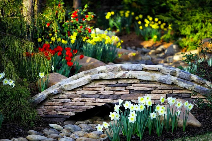 садовый мостик из камня
