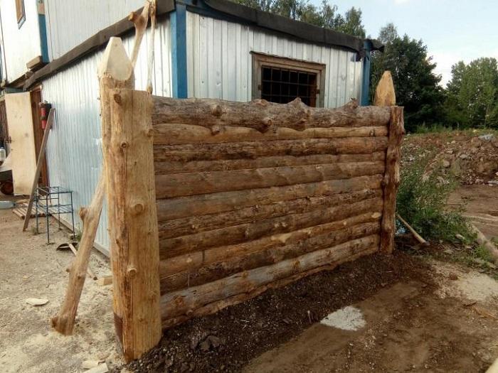 забор из горбыля на деревянных столбах