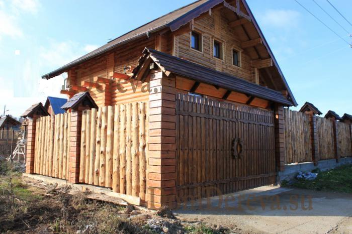 забор из горбыля рядом с домом