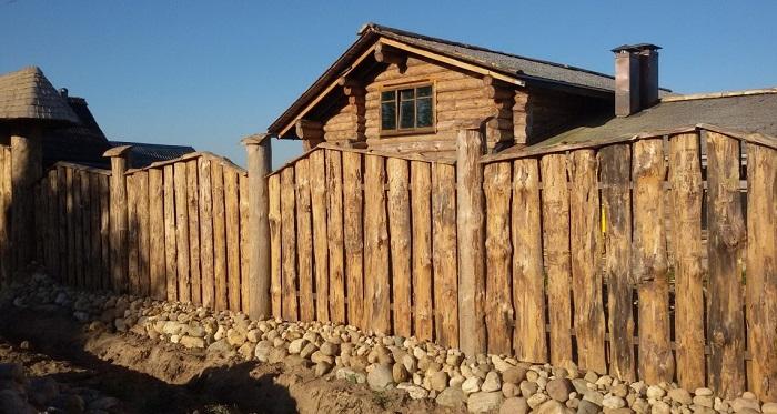 красивый забор из горбыля в деревенском стиле