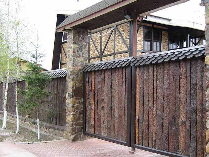 забор из горбыля с камнем